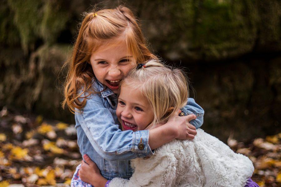 Kinder umarmen sich