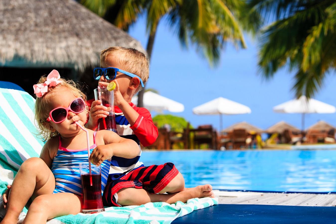 Kinder entspannen am Pool