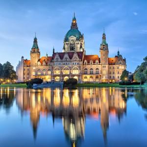 Neues Rathaus Hannover Frontansicht mit Teich