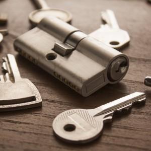 Nahaufnahme verschiedene Schlüssel und Schlösser auf einem Holztisch