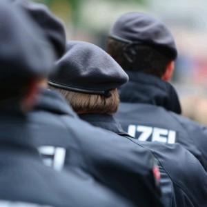 Deutsche Polizisten in Uniform von hinten
