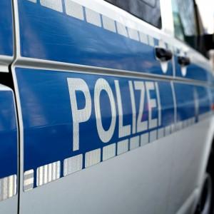 Polizeiauto am Straßenrand während eines Polizeieinsatzes
