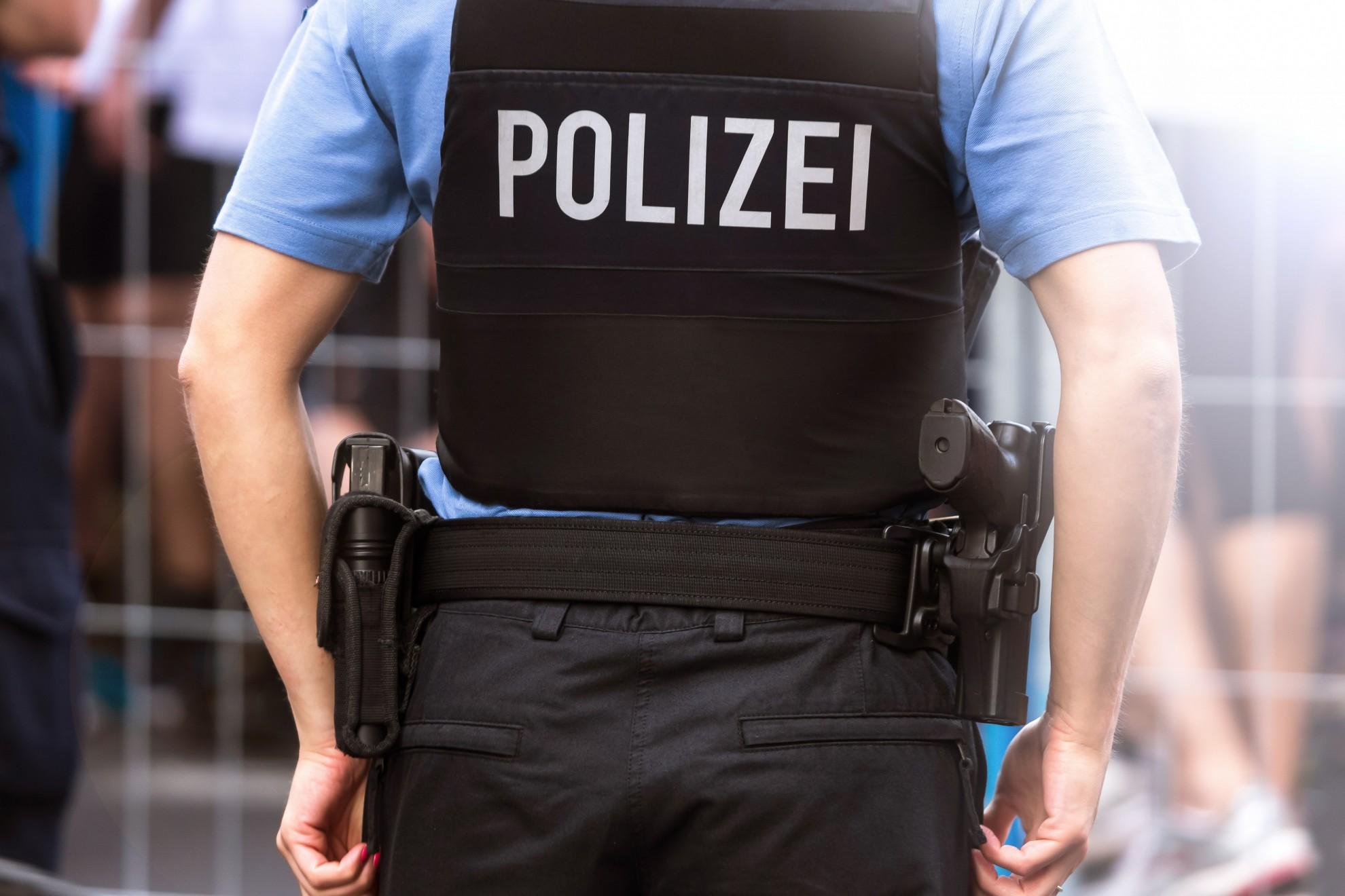 ein Polizeibeamter von hinten
