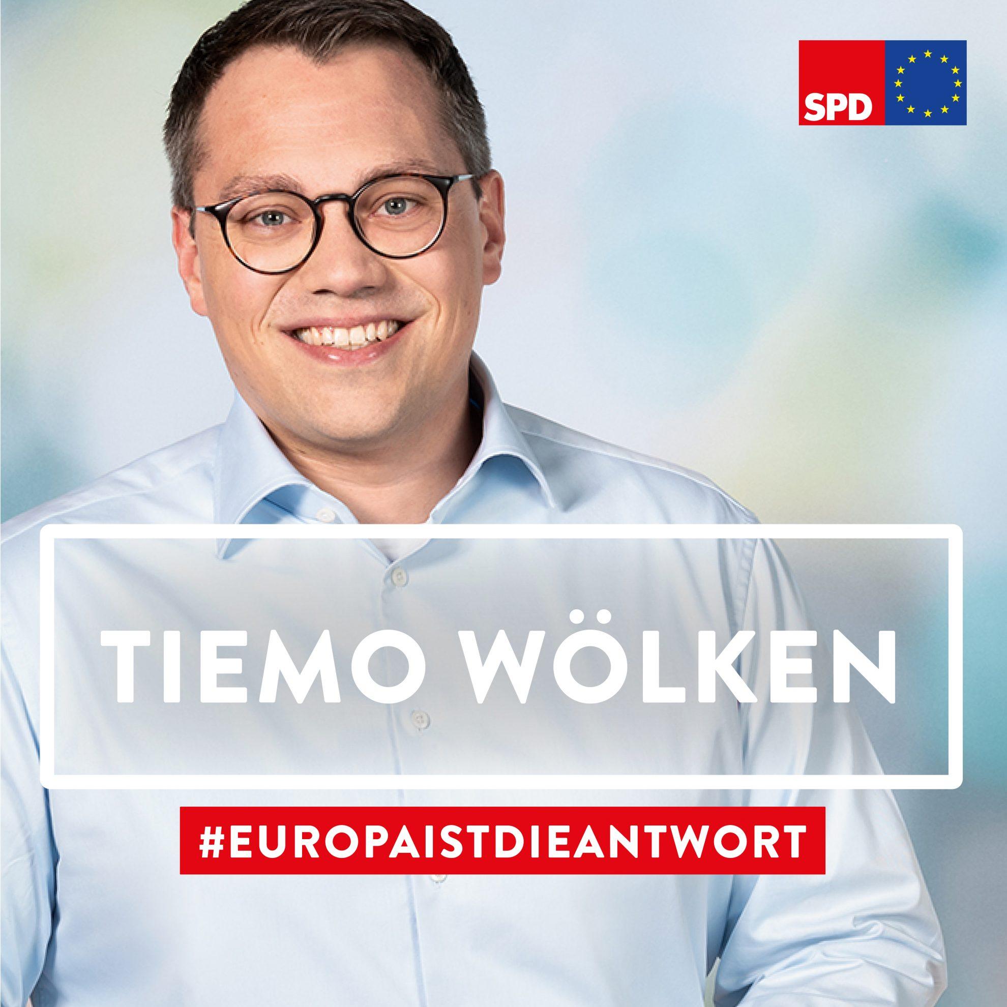 Das Bild zeigt ein Porträt unseres Europa-Kandidaten Tiemo Wölken in der Halbtotalen. Tiemo Wölken steht lachend vor einem pastellfarbenem Hintergrund.