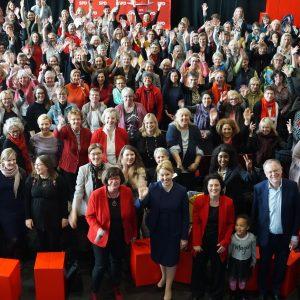 Die Teilnehmerinnen und Teilnehmer des Frauenkongresses aus der Vogelperspektive