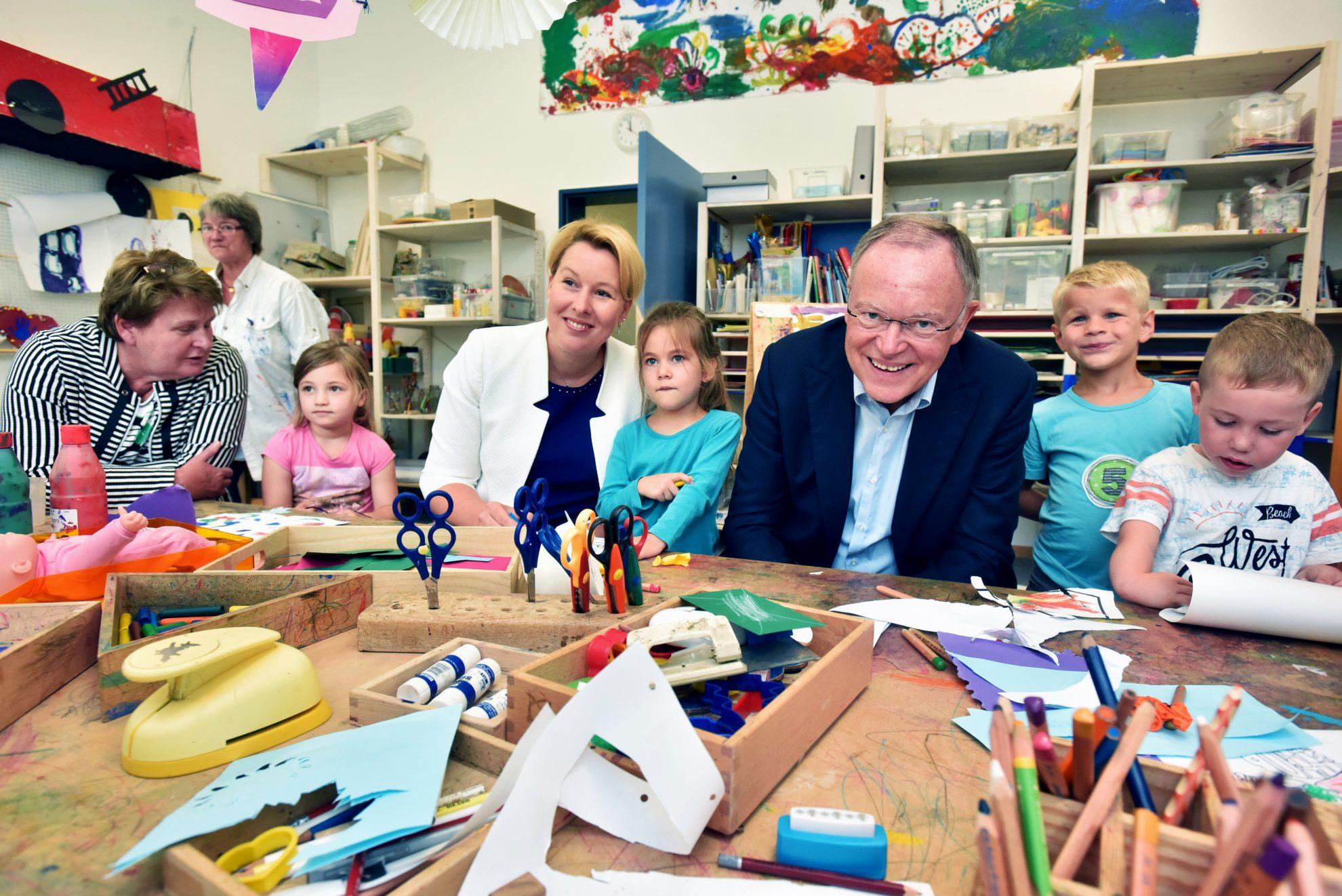 Ministerpräsident Stephan Weil und Bundesfamilienministerin Franziska Giffey besuchen eine Kita.
