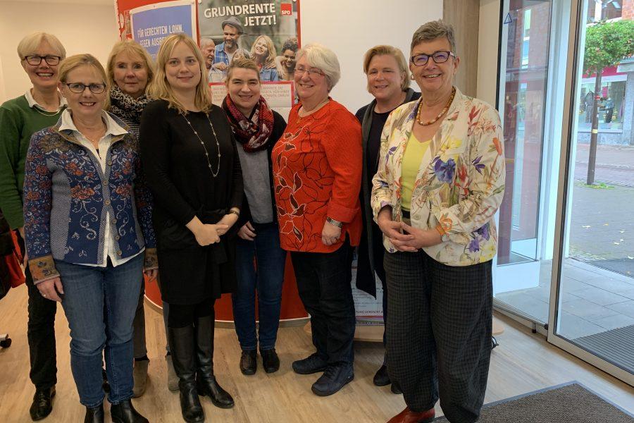 Personen von links nach rechts: Sigrid Richter, Luzia Moldenhauer, Brigitte Zimmermann, Marja-Liisa Völlers MdB, Simone Willimzig-Wilke, Sophia Ulferts-Dirksen, Simone Pifan, Frauke Maschmeyer-Pühl.