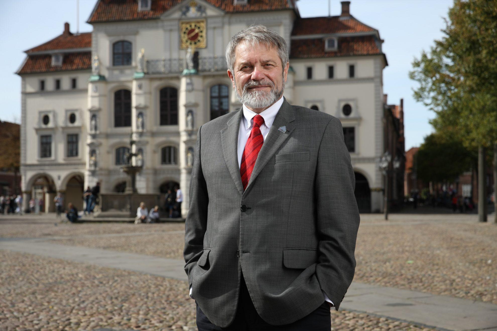 Ulrich Mädge vor dem Rathaus in Lüneburg